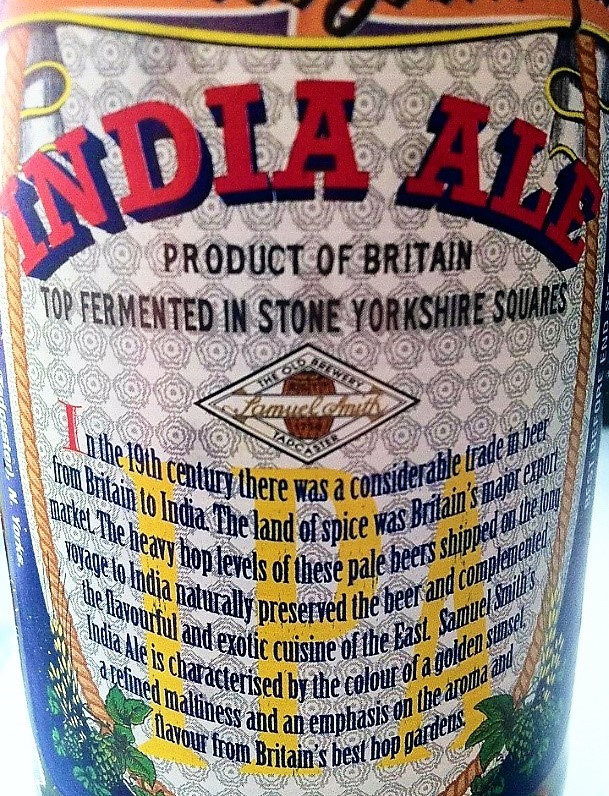 Detalle de la etiqueta de una cerveza IPA británica con un mensaje sobre la historia de las Pale Ale más lupuladas que se enviaban a la India.