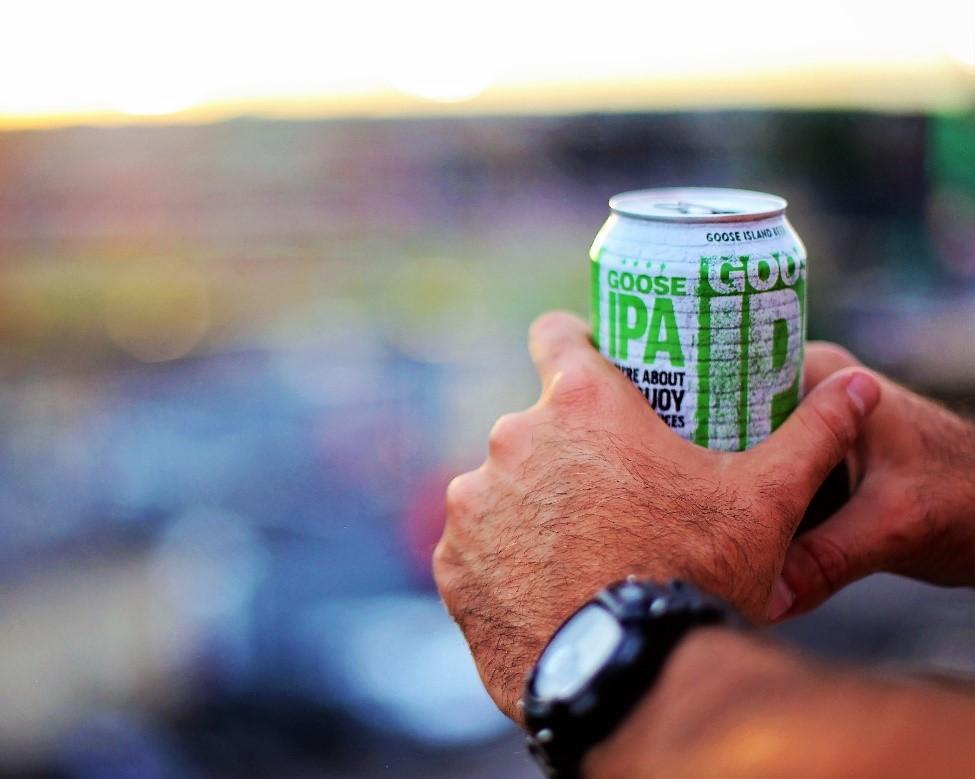 Beber cerveza en lata.