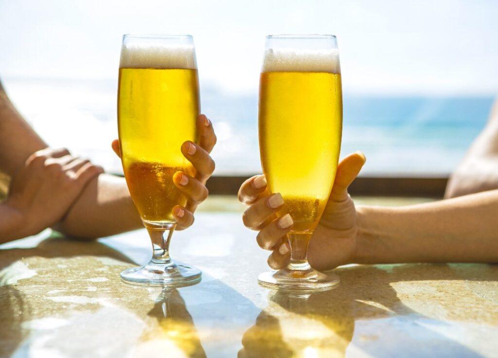 Beber cerveza en vaso.