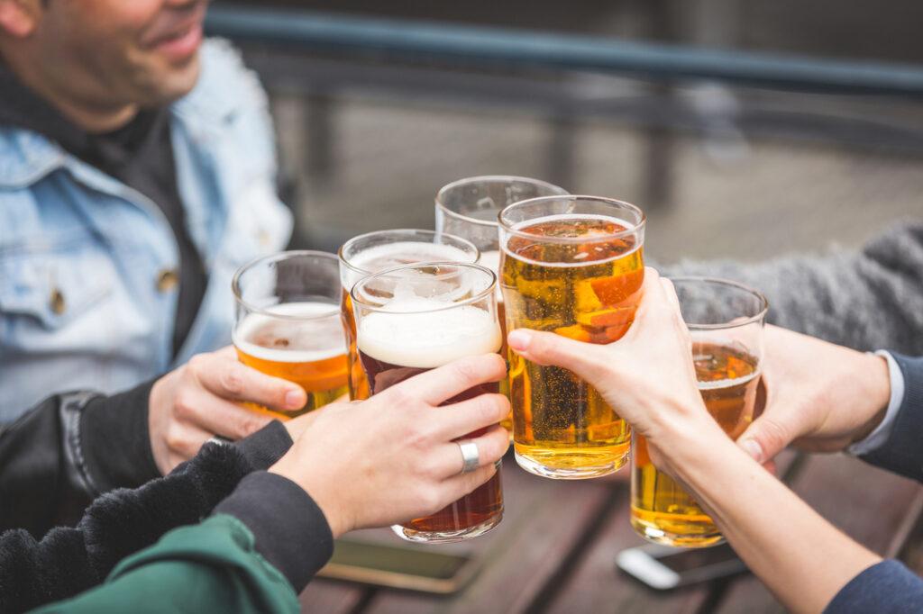 Brindis con cerveza artesana y cerveza industrial.