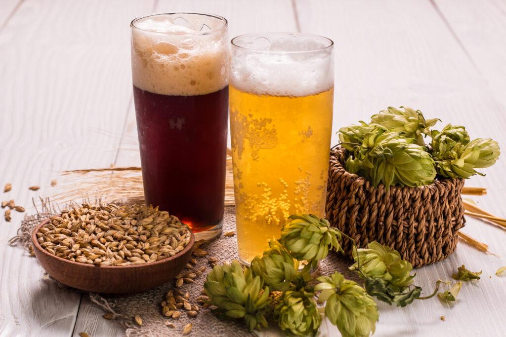 Las cervezas artesanas se elaboran con ingredientes naturales.