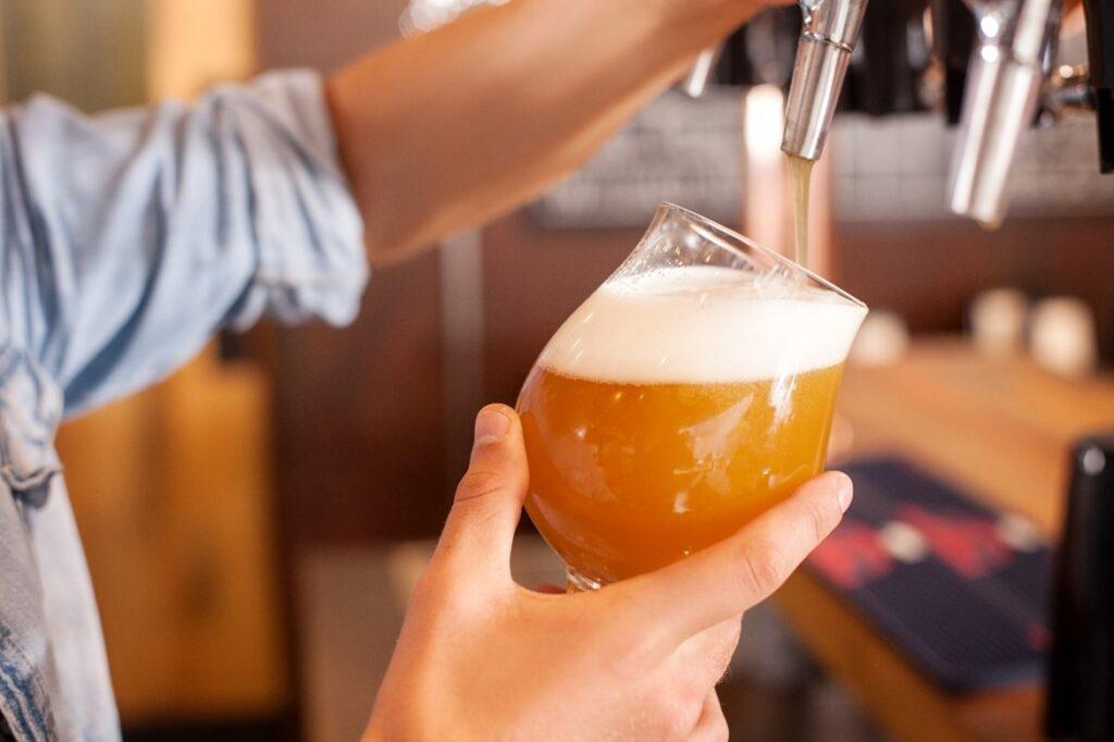 Servir una cerveza de grifo